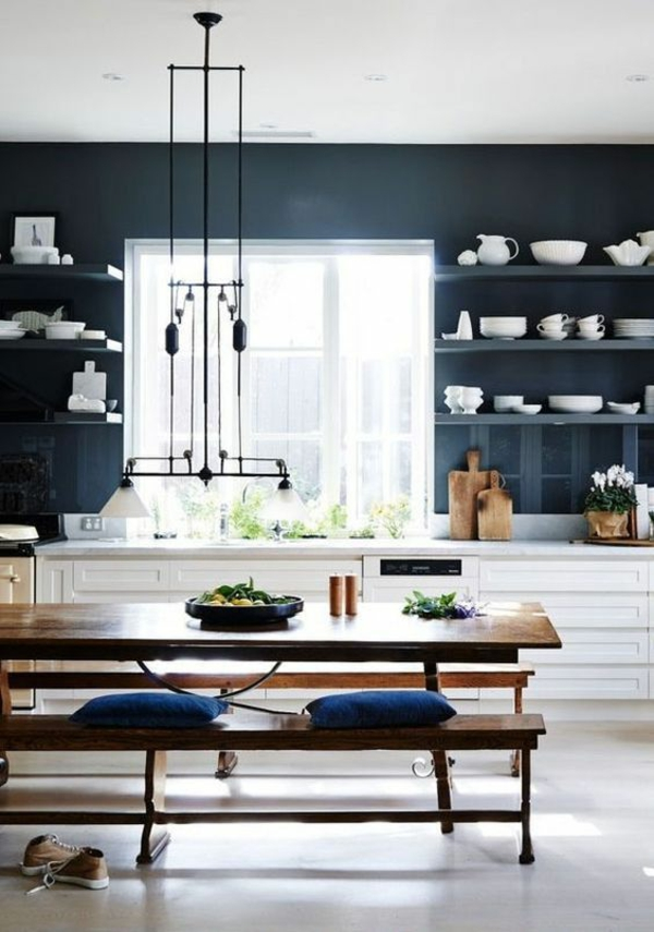 beyaz mutfak hangi duvar rengi koyu duvarlar açık duvar rafları