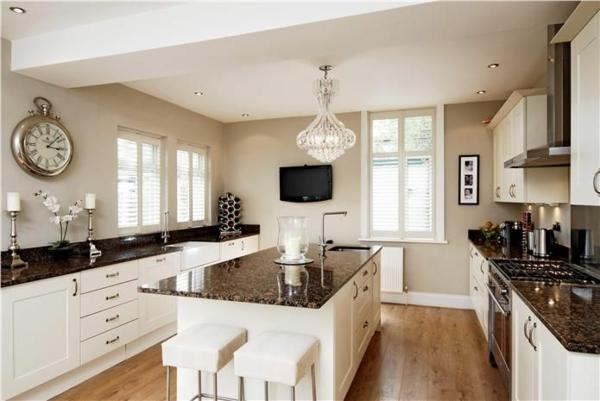 duvar rengi krem renkli duvarlar rahat mutfak mobilya fikirleri olan beyaz mutfak