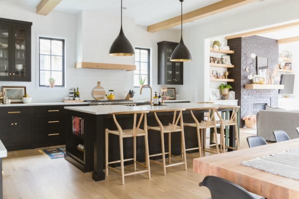 ada rengi kontrastlı modern mutfak, ahşap görünümü vurgular