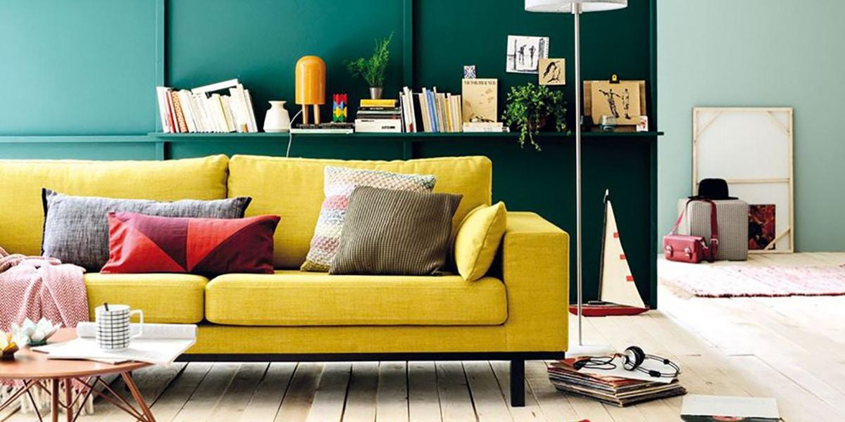 Renkli kanepeli oturma odası