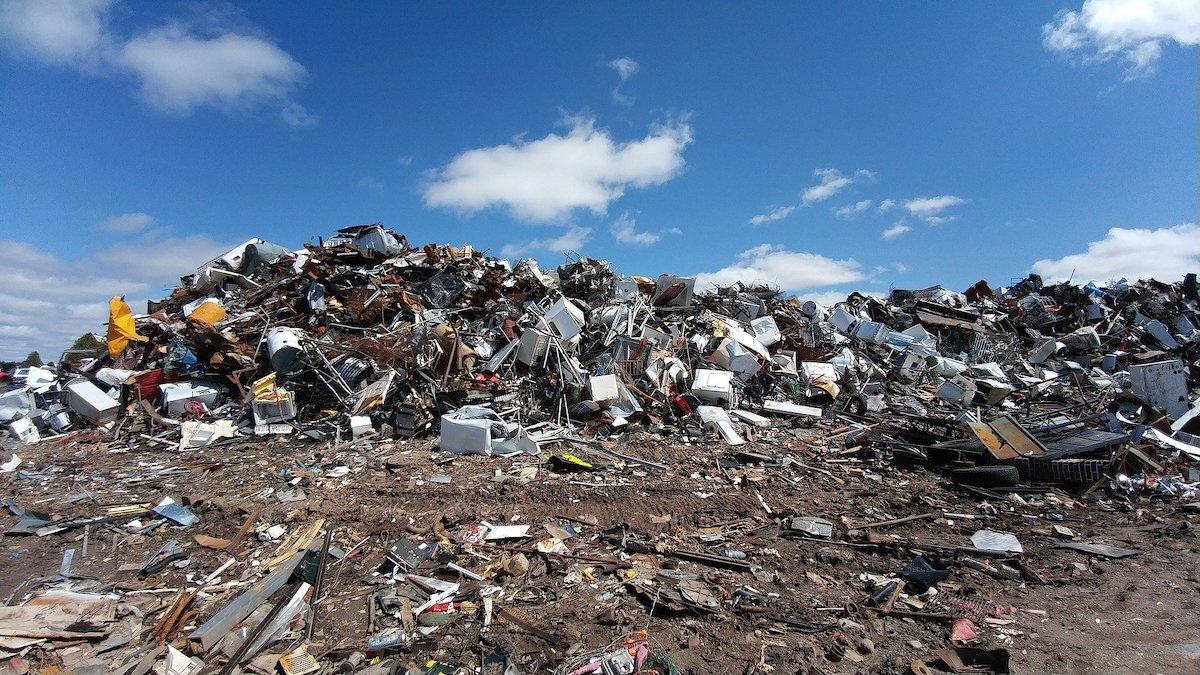Geri dönüştürülmemiş çöp dağı.