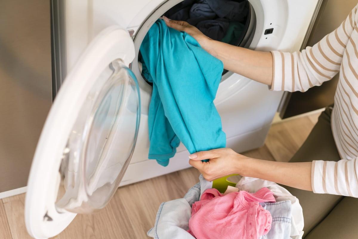 Evde çamaşır makinesinde çamaşır yıkamak.