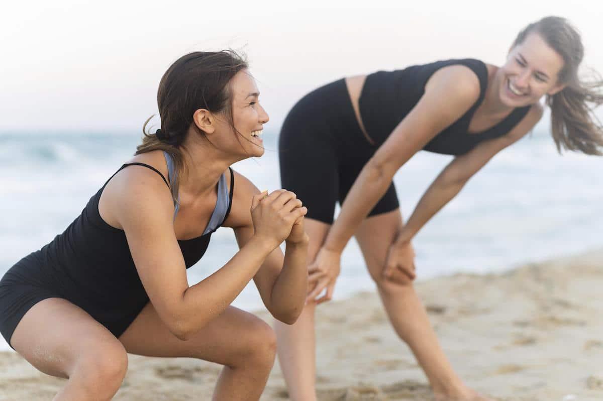 plajda spor yapan kadınlar