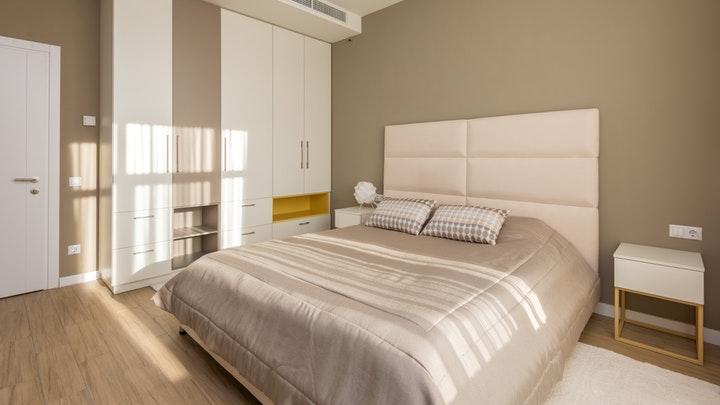 komodinli büyük yatak