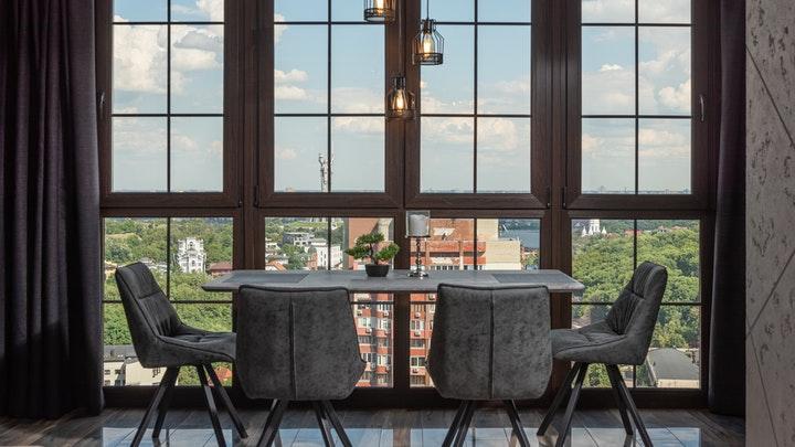 pencerenin yanındaki masa