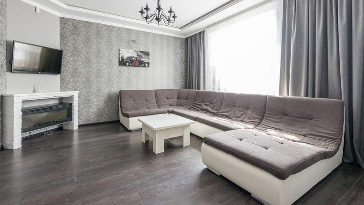 oturma odasında büyük kanepe