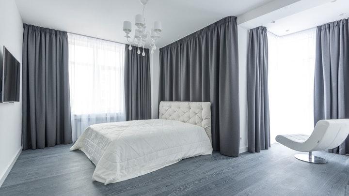 büyük perdeli yatak odası
