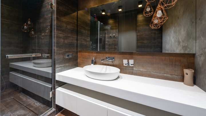 banyoda beyaz lavabo