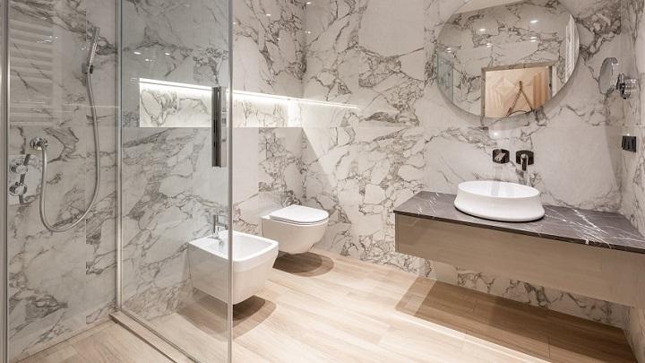 açık tonlarda dekore edilmiş banyo
