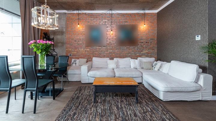 oturma odasında tuğla duvar
