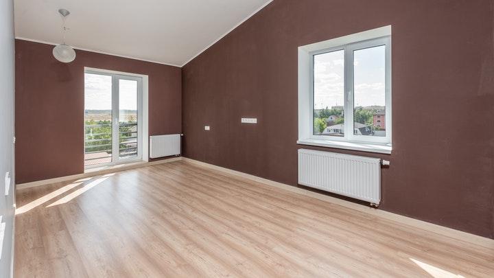 beyaz tavanlı oda