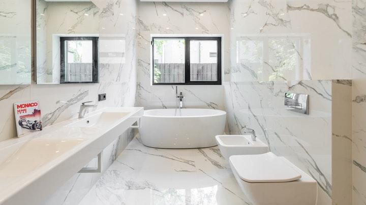 mermer duvarlı geniş banyo