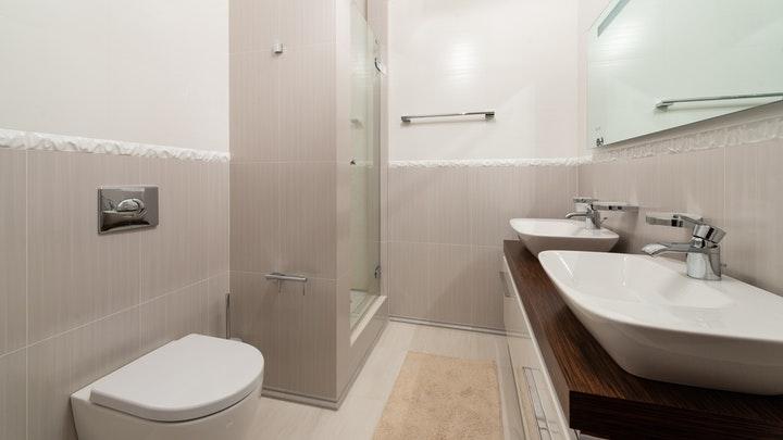 çift lavabolu ve tek aynalı banyo