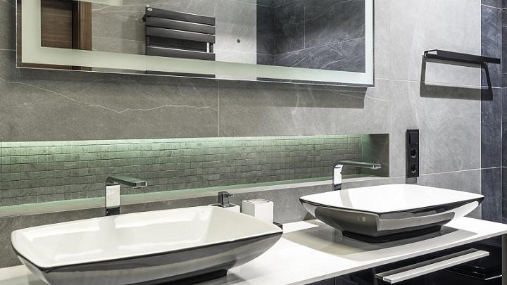 siyah-beyaz dekore edilmiş banyo