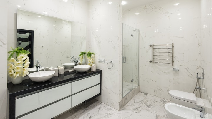 çift lavabolu ve çiçekli banyo