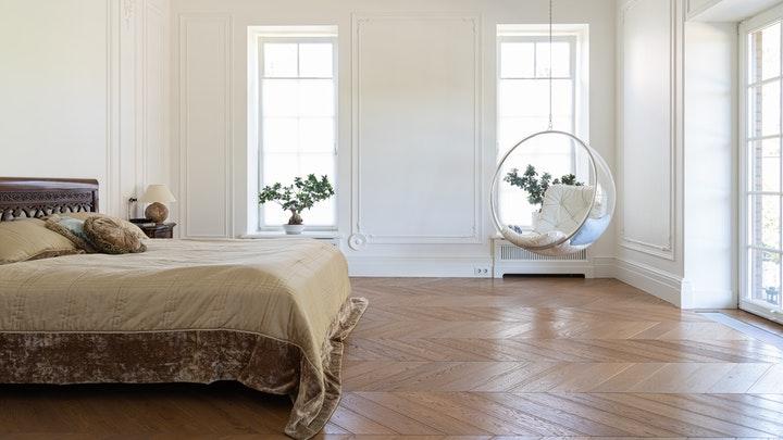yatak odasında asılı sandalye