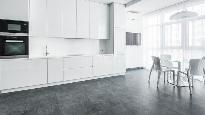 beyaz-mutfak-ve-karanlık-zemin