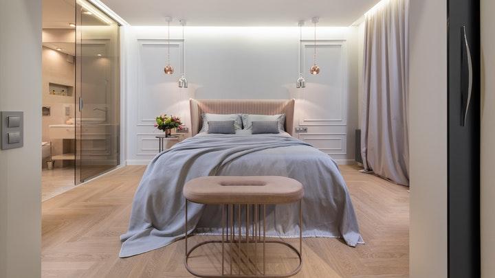yatağın her iki tarafında dekoratif pervazlar