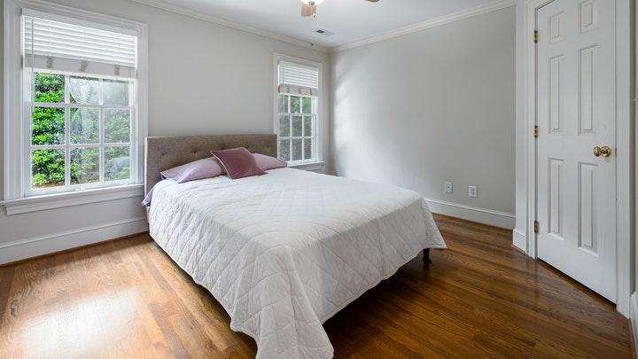 yatak odası-açık renklerle dekore edilmiş