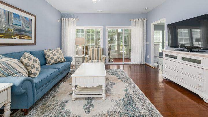 yeni ve eski mobilyalı oturma odası