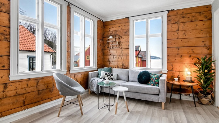 ahşap duvarlı oturma odası
