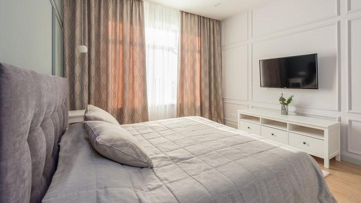 beyaz pervazlı yatak odası