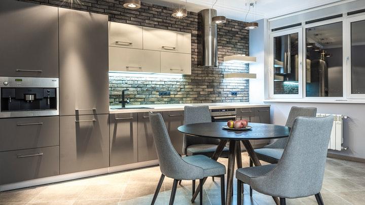 açık tuğla duvarlı mutfak