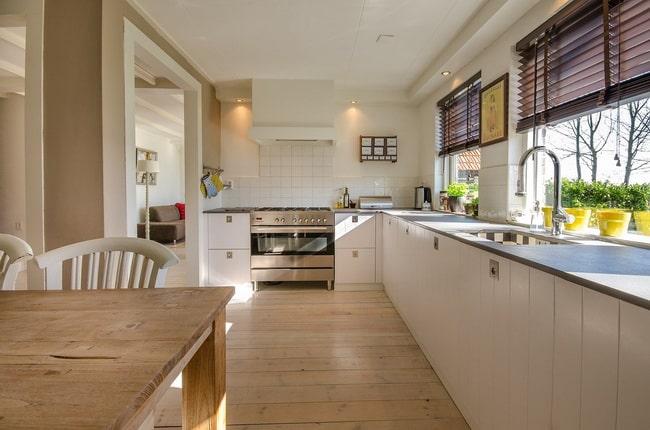Ahşap zeminli beyaz mutfaklar nasıl dekore edilir