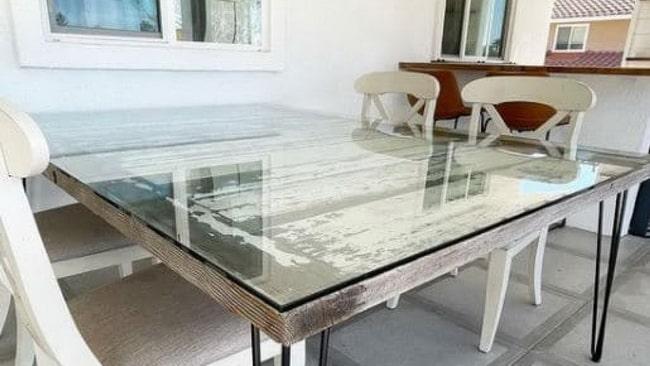 Yemek masasını korumak için özel cam