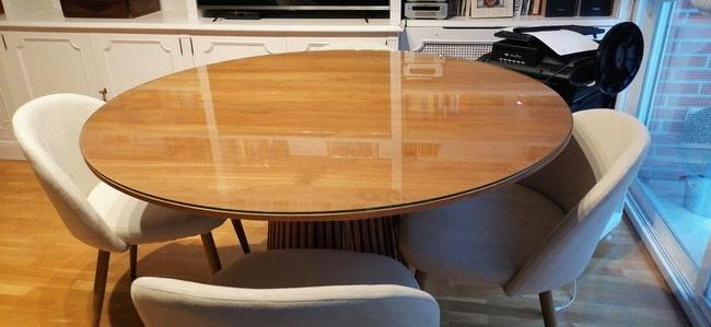 Yuvarlak bir masa üzerinde özel cam