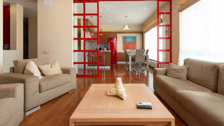 kırmızı kapılı oturma odası