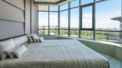 geniş pencereli oda