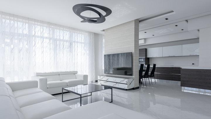 oturma odasında beyaz kanepeler