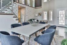 mavi sandalyeli masa