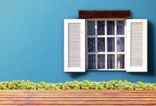 mavi pencereli ev
