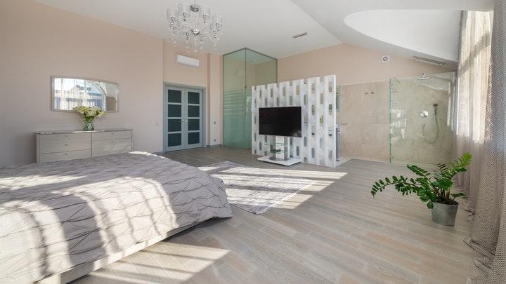 yatak odasında vitraylı pencereli iç kapı