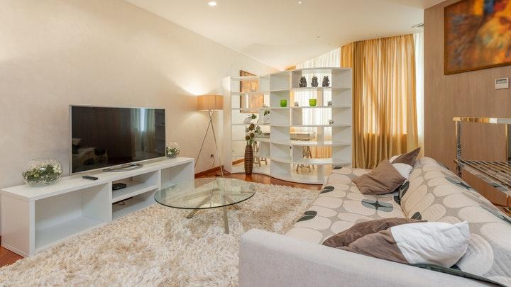 halı ve perdeli oturma odası