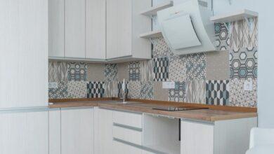 beyaz mobilyalı-ve-geometrik-fayanslı mutfak